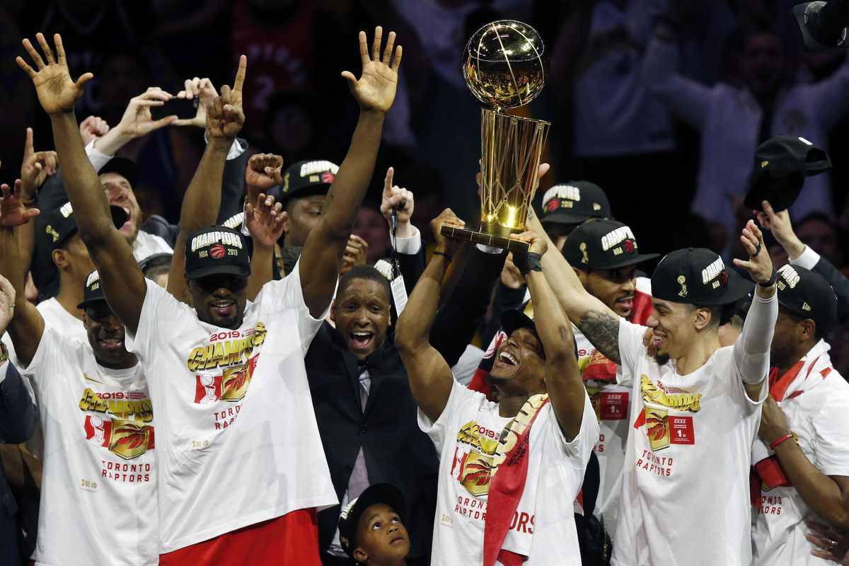 OAKLAND, CALIFORNIA - JUNE 13: Kawhi Leonard #2 of the Toronto Raptors celebrates with the Larry O'Brien Championship Trophy after his team defeated the Golden State Warriors to win Game Six of the 2019 NBA Finals at ORACLE Arena on June 13, 2019 in Oakland, California. NOTE TO USER: User expressly acknowledges and agrees that, by downloading and or using this photograph, User is consenting to the terms and conditions of the Getty Images License Agreement. L'Analyste via NBA. (Photo by Lachlan Cunningham/Getty Images)
