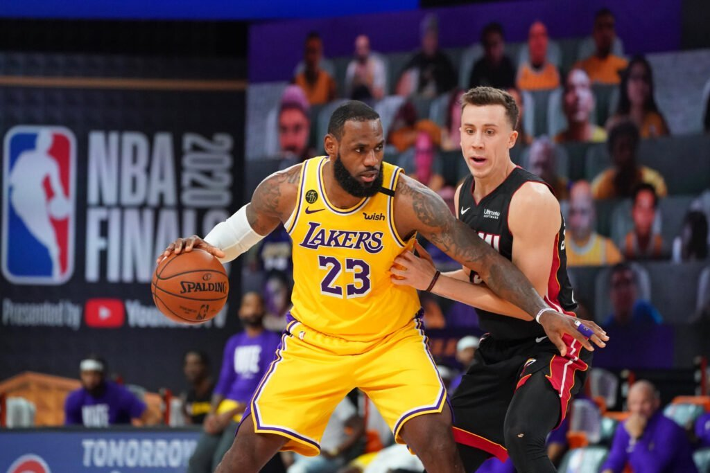 Duncan Robinson (Miami Heat) défend sur LeBron James (#23 Lakers) dans les NBA FInals. L'Analyste via NBA. (Photo : Jesse D. Garrabrant / NBAE via Getty Images)