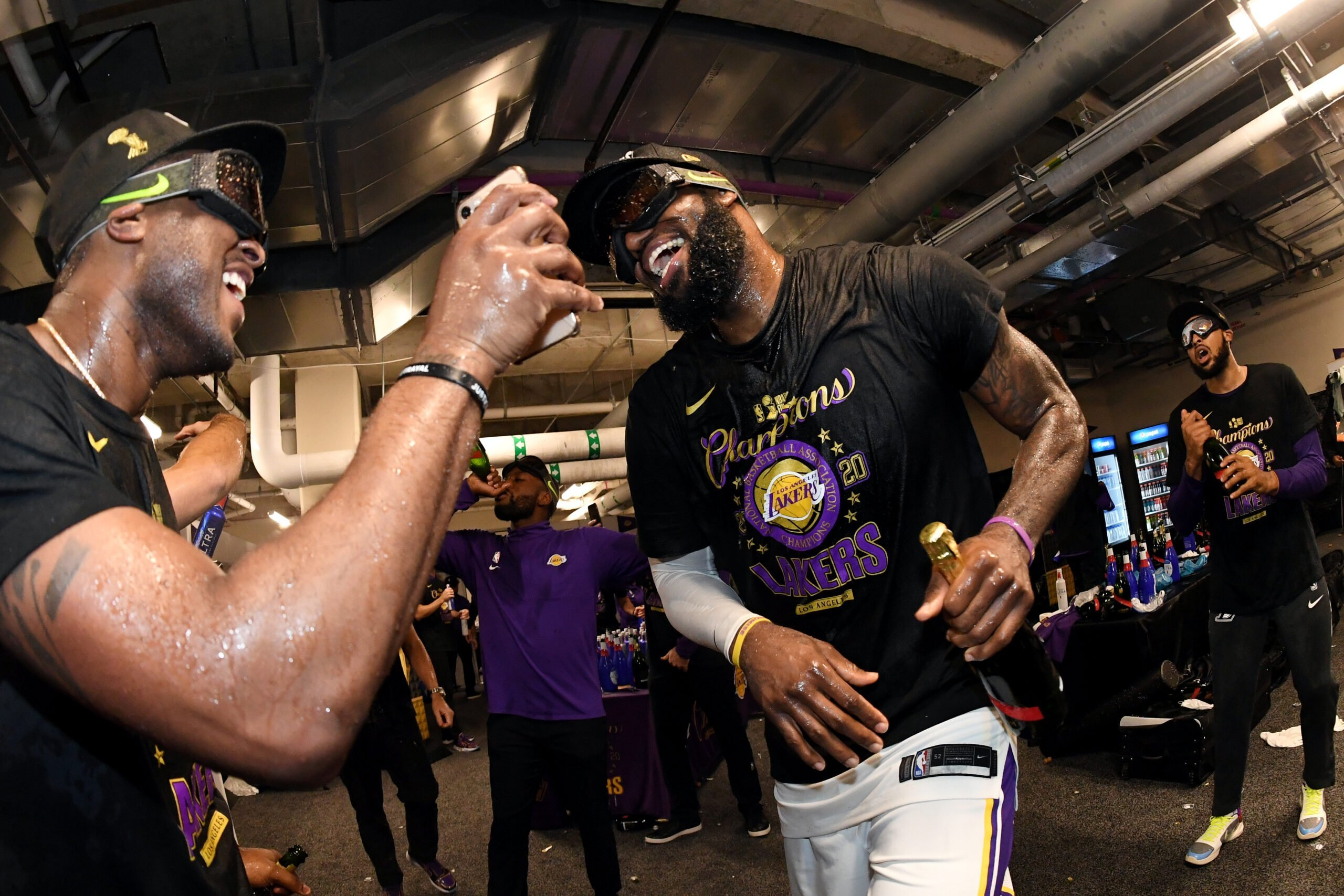 Vestiaire des Los Angeles Lakers, champions en titre, dans lequel le champagne coule à flot après une dernière victoire face au Miami Heat. L'Analyste via NBA. (Photo : Andrew D. Bernstein/NBAE via Getty Images)