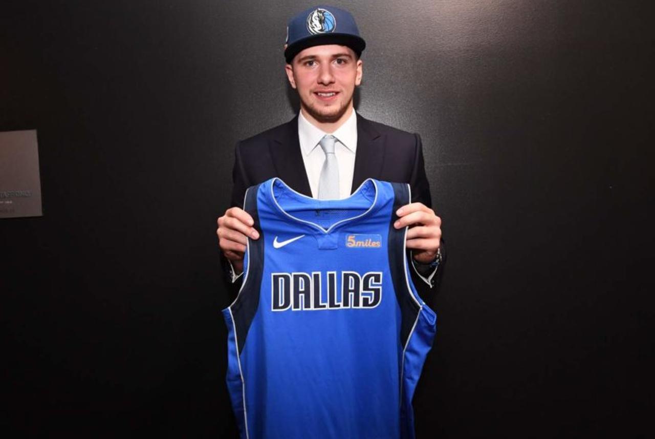 Luka Doncic à la Draft 2018, sélectionné par les Mavericks de Dallas après un transfert avec les Hawks d'Atlanta. (Photo : Matteo Marchi, GettyImages)